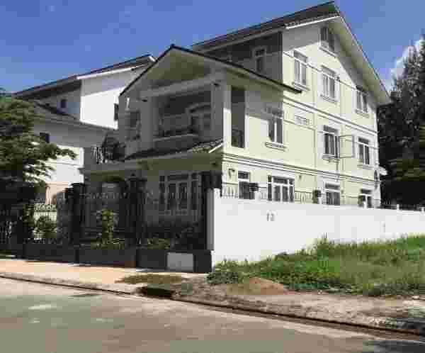 Bán nhà biệt thự Sadeco Nghỉ Ngơi Giải Trí giá rẻ 24 tỷ, nội thất đầy đủ, diện tích đất 250m2, 1 trệt, 1 lầu, 1 áp mái. LH: 0913.050.053